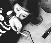девушка, акустическая гитара, 80е, сигарета, браслеты - картинка 14583...